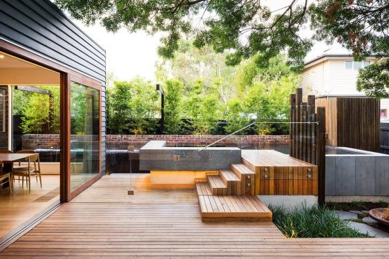 fabulous-naroon-modern-backyard-project-wooden-backyard-deck-modern-glass-fence-design-modern-deck-ideas-outdoor-stunning-modern-deck-ideas