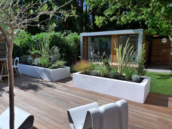 manicured-grass-with-wooden-deck-flooring-feat-modern-outdoor-furniture-in-lovely-small-garden-design-plus-picture-of-shed