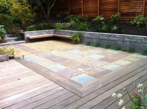 Stunning-Gravel-decorating-ideas-for-Comely-Patio-Contemporary-design-ideas-with-built-in-bench-concrete-wall-deck-floating-pavers-gravel-hillside-Patio-pavers