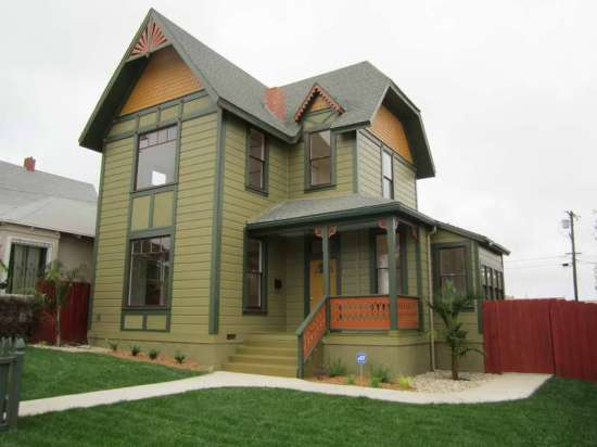 Victorian-House-Colors-With-Green-Grass